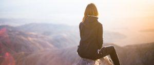 Frau auf Bergspitze